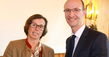 Laudatorin Stephanie von Keudell übergibt den Deutschen Beteiligungspreis 2016 an Ralf Cont, Vorstand der PROJECT Investment AG.
